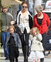 Angelina Jolie: Για ψώνια με την πεθερά της