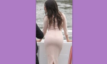 Μας δείχνει τα σέξι οπίσθιά της, ποια είναι;