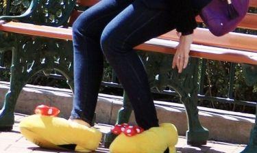 Έβαλε τα παπούτσια της Minnie Mouse, ποια είναι;