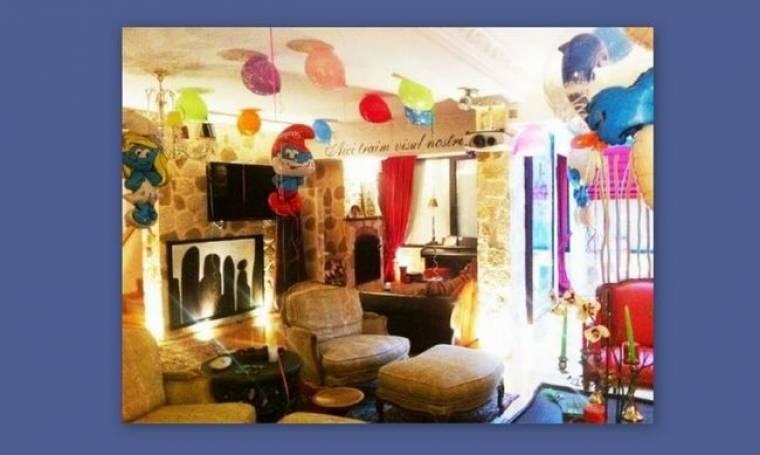 Ποιος τραγουδιστής μετέτρεψε το σπίτι του σε Στρουμφοχωριό;