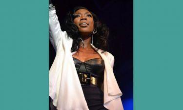 Η Brandy συγκινημένη τραγουδά για τη Whitney Houston