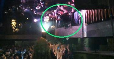 Γνωστός Έλληνας τραγουδιστής πήδηξε από τον πρώτο όροφο πάνω στους θαυμαστές του