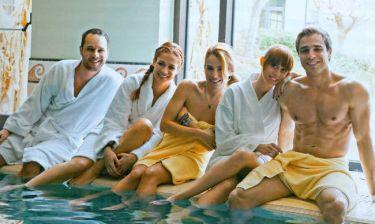Στην πισίνα με μπουρνούζι και πετσέτες