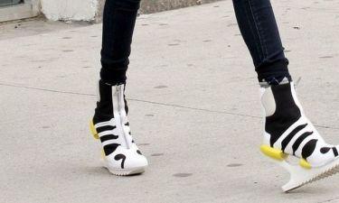 Αθλητικά μποτάκια χωρίς τακούνι, ποια τα φοράει;