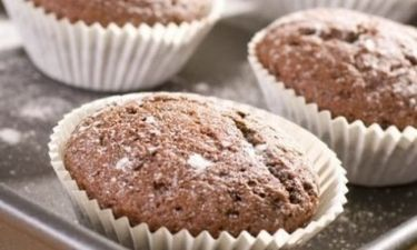 Μίνι muffins με Quaker, κακάο & μπανάνα