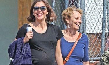 Maggie Gyllenhaal: Βόλτα χέρι – χέρι με τη μητέρα της