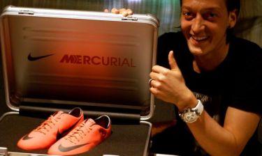 Τα νέα παπούτσια του Μεζούτ Οζίλ