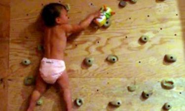 Απολαυστικό: Μια 2χρονη πιτσιρίκα κάνει αναρρίχηση!