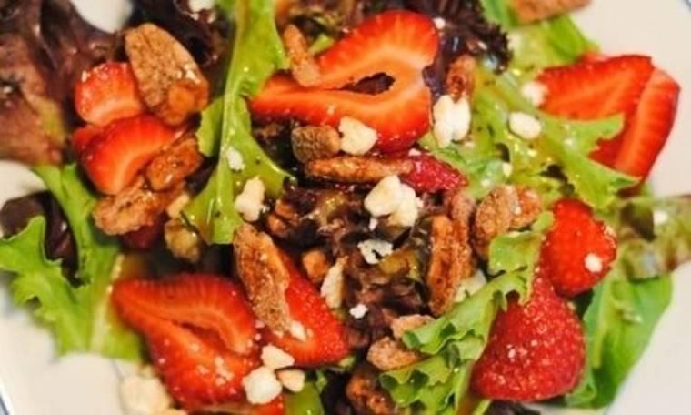 Φρέσκια σαλάτα με φράουλες, παρμεζάνα και καραμελωμένα καρύδια
