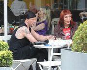 Γνωστός τραγουδιστής απόλαυσε τον καφέ του με τον σύντροφό του! (φωτό)