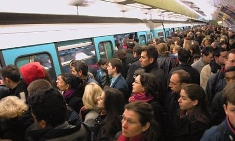 Φοράει περούκα και κυκλοφορεί στο γαλλικό μετρό η…