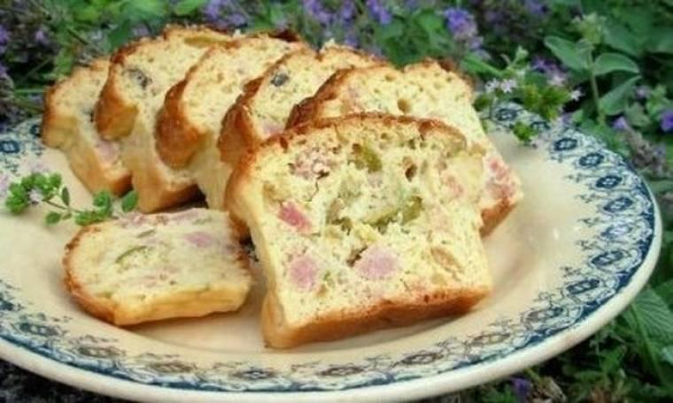 Κέικ αλά γαλλικά με τυρί, ζαμπόν και ελιές