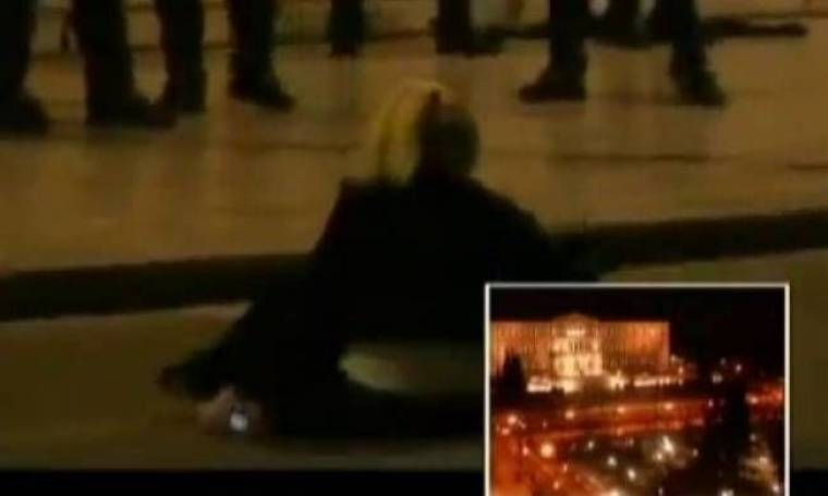 Βίντεο -σοκ: Άνδρες των ΜΑΤ χτυπούν γυναίκα δημοσιογράφο