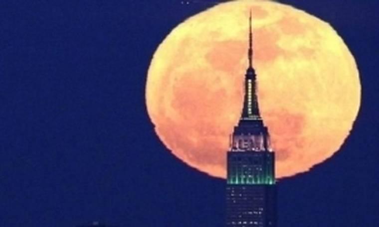 Εκπληκτικές φωτογραφίες με το «ροζ φεγγάρι» στον ουρανό της Ν. Υόρκης