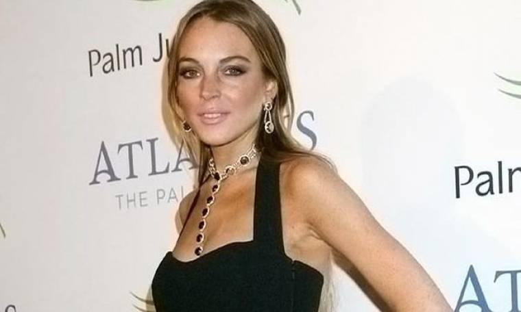 H Lindsay πουλάει τα ρούχα της για να μαζέψει λεφτά