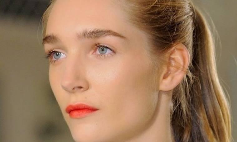 Κάντο μόνη σου: τα ξεβαμμένα κόκκινα χείλη του Erdem