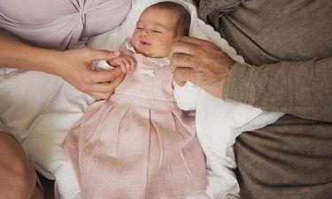 Διάσημος τραγουδιστής φωτογραφίζεται με τη νεογέννητη κόρη του