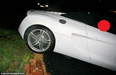 Γνωστός παίκτης reality ρίχνει το πανάκριβο αυτοκίνητό του σε τοίχο! (φωτό)