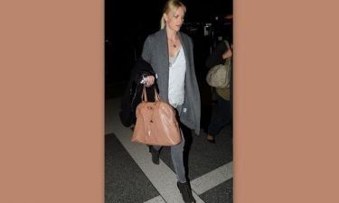 Charlize Theron: casual chic στο αεροδρόμιο