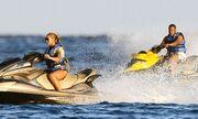 Beyonce: Ποζάρει ακόμη και στο jet ski!