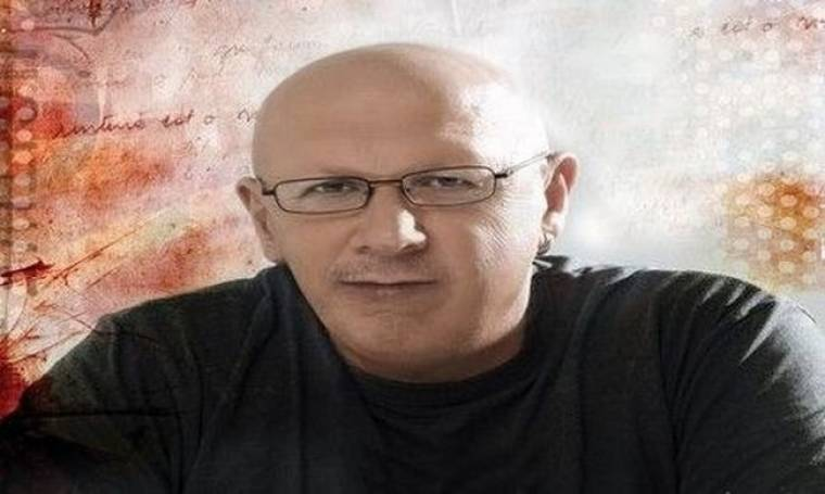 Λάκης Παπαδόπουλους: Συμπληρώνει 30 χρόνια καριέρας και οι επώνυμοι φίλοι του τραγουδούν