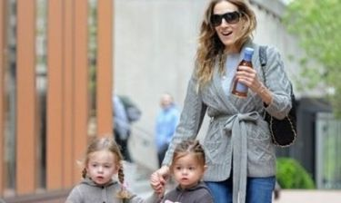 Sarah Jessica Parker: Η βόλτα με τις δίδυμες κόρες της