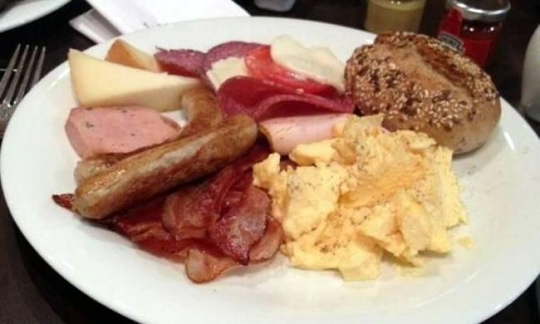 Ποια τραγουδίστρια απολαμβάνει αυτό το λαχταριστό πρωινό;