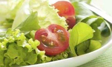 Ανάμεικτη πράσινη σαλάτα με τσιπς παρμεζάνας