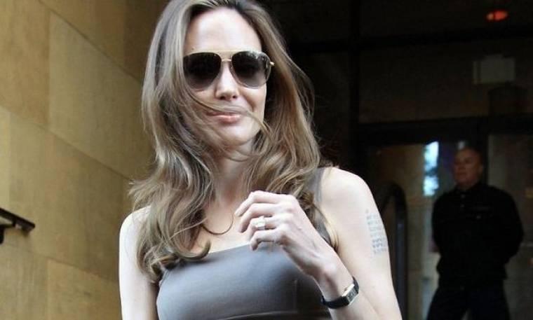 Angelina Jolie: Με το μονόπετρο σε πρώτο πλάνο