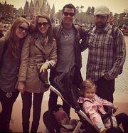 Η Jessica Alba με την οικογένειά της στη Disneyland του Τόκιο!