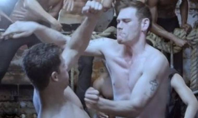 Fight Club: αγόρια μοντέλα τσακώνονται ημίγυμνα