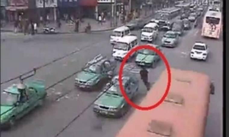 Βίντεο: Σοκ σε πολυσύχναστο δρόμο της Κίνας