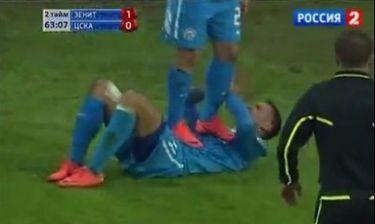 Ο Arshavin πατά πάνω σε… χτυπημένο συμπαίκτη του!