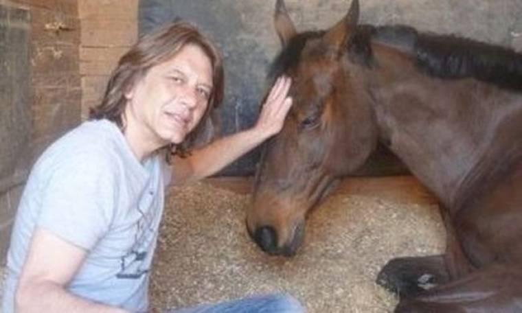 Ο ηθοποιός που φροντίζει τα πληγωμένα άλογα