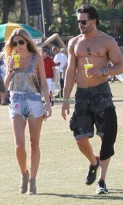 Ο Joe Magnaniello ημίγυμνος στην Coachella