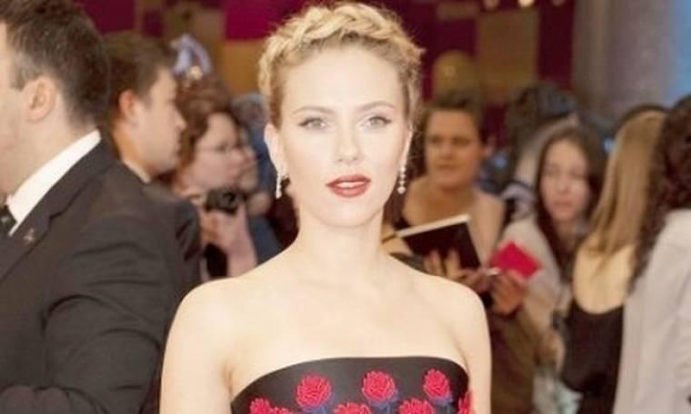 H Scarlett Johansson αγαπά τις καλοκαιρινές δημιουργίες του οίκου Prada