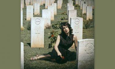 Η Μίνα Ορφανού φωτογραφίζεται σε κοιμητήριο