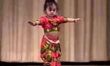 Αστείο βίντεο: Είναι μόλις ενός και χορεύει απίστευτα!