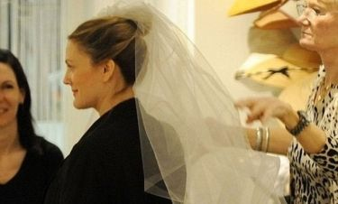 Drew Barrymore: Άρχισε να δοκιμάζει νυφικά