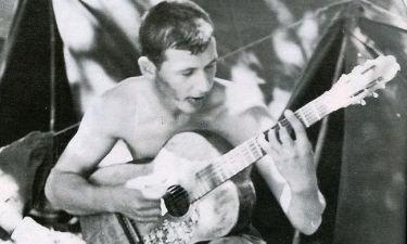 Ποιος είναι ο νεαρός κιθαρίστας;
