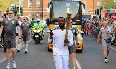 Τι άλλο θα δούμε: Διάσημος ράπερ μεταφέρει την ολυμπιακή φλόγα και συγχρόνως twittάρει! (φωτό)
