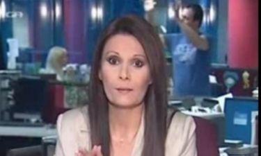 Η Μαρία Καρχιλάκη μιλούσε στο δελτίο και από πίσω γινόταν... χαμός! (vid)