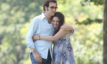 Mila Kunis και Clive Owen αγκαλιά στα πλατό της ταινίας τους