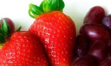 Γλυκό: φράουλες και σταφύλια σε τραγανή βάση