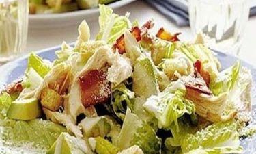 Caesar Salad με ψητό κοτόπουλου και μπέικον