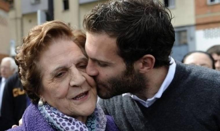 Το τρυφερό φιλί του Μάτα στην μητέρα του