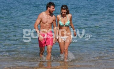 Νίκος Καράμπελας: Στην παραλία με την σύντροφό του