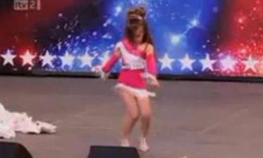 Μια Shakira 4 ετών χορεύει salsa!