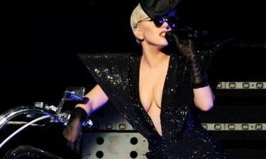 Η Lady Gaga χτύπησε στο κεφάλι στη σκηνή!