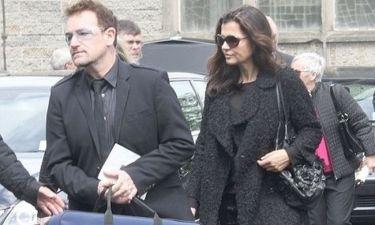 Ο Bono και τα άλλα μέλη των U2 στο πλευρό του The Edge στην κηδεία της μητέρας του